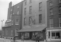 Greene's Bookshop, Clare Street (Dublin, - used to go here to buy school books. Dublin Street, Dublin City, Old Pictures, Old Photos, Vintage Photos, Gone Days, Images Of Ireland, Ireland Homes, A Whole New World