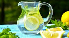 Drinking healthy fluids such as water and turmeric milk is just as important as eating well. Drinking lots of fluids is essential to a healthy diet. Healthy Recipes For Weight Loss, Healthy Dinner Recipes, Bebidas Detox, Dietas Detox, Drinking Lemon Water, Turmeric Milk, 500 Calories, Healthy Drinks, Home Remedies