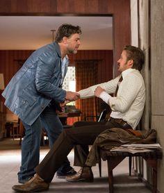 The Nice Guys - il detective Jackson Healy (Russell Crowe) ha qualcosa da dire al collega investigatore Holland March (Ryan Gosling) e© 2016 LUCKY RED