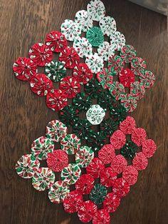 Christmas Sewing, Christmas Fabric, Handmade Christmas, Patchwork Quilt Patterns, Sewing Patterns, Christmas Projects, Holiday Crafts, Handmade Crafts, Diy And Crafts