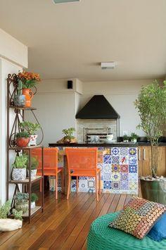 """Com 34 m², que representam metade da área social no apartamento de 174 m², no Tatuapé, em São Paulo, a varanda em """"L"""" é o espaço preferido da moradora Aline Oishi, que cuidou pessoalmente da decoração para que a área ficasse parecida com um quintal"""