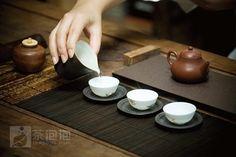"""中国人饮茶,一般会说""""品茶"""",一个""""品""""字,不只鉴别茶的优劣,更多地加进了发掘美好的用心在里面。"""