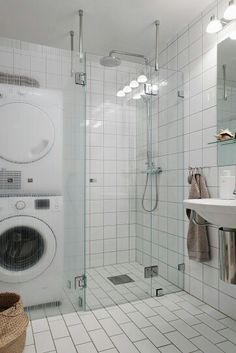 Påkostade duschväggar i glas & nya tvättmaskiner Flat Interior Design, Scandinavian Interior Design, Narrow Bathroom, Decoration, Ideal Home, Bathtub, Bathrooms, Washroom, Staging