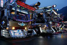 Dekotora: quando i tir diventano espressione di sè Las Vegas Slots, Japan Art, Custom Trucks, Semi Trucks, Kustom, Times Square, Japanese, Lights, Filmmaking