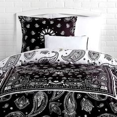 Bandana Print Reversible Duvet Cover and Sham Set Charcoal (355 BRL) ❤ liked on Polyvore featuring home, bed & bath, bedding, duvet covers, cotton bedding, charcoal grey bedding, charcoal bedding, dark gray bedding and charcoal gray bedding