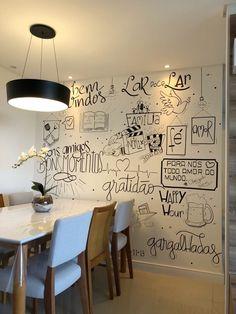 A sala de jantar ganhou uma arte repleta de momentos marcantes para o casal. É tudo personalizado com o que o cliente mais ama Chalk Wall, Dinner Room, Modern Rustic Decor, Interior Decorating, Interior Design, Home Room Design, Cafe Interior, House Layouts, Home Decor Furniture