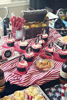 Awesome pirate themed birthday party for kids! Pirate Cupcake, Pirate Birthday Cupcakes, Cupcakes Decorados, Party Fiesta, Party Party, 4th Birthday Parties, 3rd Birthday, Birthday Ideas, Happy Birthday