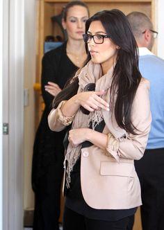 Who Wear Glasses Davis Vision - Kim Kardashian's casual look is so chic.Davis Vision - Kim Kardashian's casual look is so chic. Look Kim Kardashian, Estilo Kardashian, Kim K Style, Her Style, Celebrities With Glasses, Celebrity Glasses, Estilo Vanessa Hudgens, Lunette Style, Look Fashion