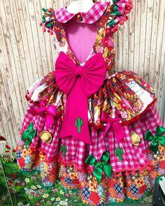 Aquelas costas pra princesinha caipira arrancar todos os suspiros do arraiá! #vestidojunino #saojoao... #yooying Baby Costumes, Personal Stylist, Lolita Fashion, Little Girls, Diy And Crafts, Alice, Boho, Christmas Ornaments, Holiday Decor