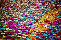 Venezia- In origine erano fiori... gli antenati dei coriandoli. Nel corso dei secoli, poi, hanno adottato nomi e forme diverse, illustrati in quest'articolo interessante: http://www.carnevale-di-venezia.it/coriandoli-stelle-filanti-5-versioni-storiche/