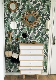 Banish ordinary walls with this tropical wallpaper design. The rattan mirrors and gold accessories are the perfect accompaniment! Interior Tropical, Tropical Home Decor, Tropical Houses, Tropical Colors, Tropical Leaves, Tropical Furniture, Botanical Bedroom, Estilo Tropical, Tropical Bedrooms