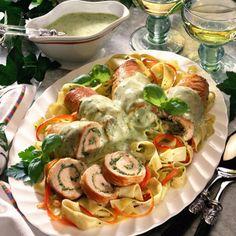Putenröllchen in Pesto-Sahne Rezept | LECKER