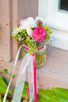 #flowers #blumenschmuck #tischdekoration Verrückte pink-grüne Spätsommerhochzeit auf der Mittelburg | Hochzeitsblog - The Little Wedding Corner