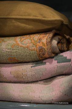 Parvani   Plaid-kussen-kleed-kelim-India-groen-oranje-oker-roze