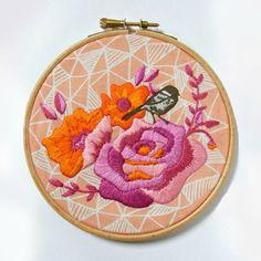 Stickpackung / Stickvorlage Vogel und Blumen in Orange und Pink von Jenny Blair. Via www.zurlilapampelmuse.com