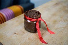 Hjemmelavet sund nutella er helt rå, uden brug af laktose og sukker. Den er cremet, sød, let at lave, og ekstremt lækker!