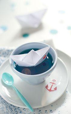 maritime kindergeburtstagsdeko blauer wackelpudding mit papierboot wunderschön-gemacht