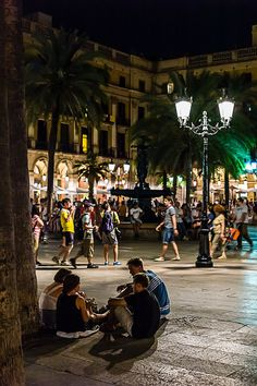 The crowd populating Plaça Reial by night. Photo by  Alessandro Grussu, Barcelona