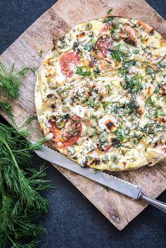 Een heerlijke quiche van verse zalm met tuinbonen, tomaat en verse dille. Maak deze zalmquiche in een flexibele taartvorm, dan heb je geen deegbodem nodig! Een voedzaam, gezond en lekker quiche recept.