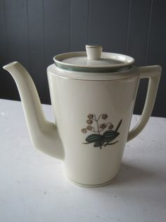 "Royal Copenhagen Retro Vintage coffee pot with design ""Hjertegræs"". Royal Copenhagen, Vintage Coffee, Tea Pots, Retro Vintage, Shabby, Cool Stuff, Tableware, Design, Dinnerware"