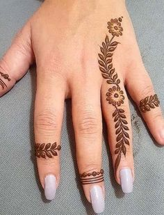 Mehndi henna designs are always searchable by Pakistani women and girls. Women, girls and also kids apply henna on their hands, feet and also on neck to look more gorgeous and traditional. Mehndi Tattoo, Cute Henna Tattoos, Henna Tattoo Designs Simple, Finger Henna Designs, Mehndi Designs Feet, Back Hand Mehndi Designs, Mehndi Designs For Beginners, Henna Designs Easy, Mehndi Designs For Fingers