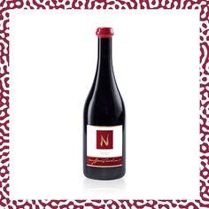 C'est un vin étonnant issu d'un assemblage de cépages emblématiques du terroir : le Pinot Noir, le Gamay et le Gamaret, vinifiés sans sulfites ajoutés. Ce vin est un pur jus de raisins naturellement fermentés exhalant des arômes de fruits rouges, de cerises avec une finale légèrement poivrée. Le domaine Henri Cruchon a été élu parmi les 125 meilleurs vignerons de Suisse au guide Gault & Millau 2020. Pinot Noir, Pur Jus, Henri, Assemblage, Bottle, Nature, Gnomes, Grape Juice, Getting Old