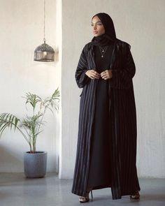 Abaya Fashion, Muslim Fashion, Modest Fashion, Fashion Outfits, Fashion Styles, Fashion Ideas, Niqab, Islamic Girl Images, Metallic Pleated Skirt