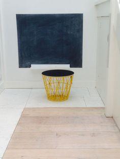 Ga voor geel! Fraaie Wire Basket in warm geel met zwart blad. Te zien en te koop in de winkel van De Tafel van 10 in Gouda.