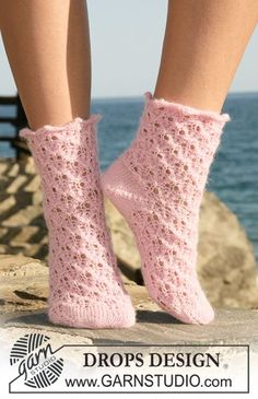 """Pink Tickles - Knitted DROPS Socks in """"Alpaca"""" with lace pattern. Size 35 to - Free pattern by DROPS Design Drops Design, Wool Socks, Knitting Socks, Free Knitting, Wrist Warmers, Hand Warmers, Skirt Pattern Free, Free Pattern, Magazine Drops"""