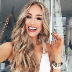 Get up, dress up and doll up ! @okaspen looks absolutely stunning with cascading curls ! Get her dainty and glamorous hairstyle with the 32mm Magic Wand✨ ! #NuMeStyle #hairoftheday #loosecurls