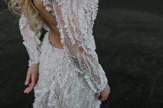 Collection 2018 robe de mariée. Une mariée mystique et divine mélangeant dentelles perlées, mousseline de soie et tulle brodé de perles.