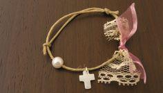 Χειροποίητο μαρτυρικό βραχιολάκι από κορδόνι λινάτσας με δαντέλα Νο2 Christening Favors, Baby Baptism, First Communion Favors, Shabby, Pearl White, Pink Flowers, Greek, Handmade Items, Bracelets
