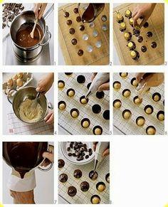 Cioccolatini farciti al caffè.   Ingredienti: per 8 persone  250 g di cioccolato fondente 250 g di cioccolato bianco 125 g di panna 100 g di zucchero 2-3 tuorli 2 cuc...