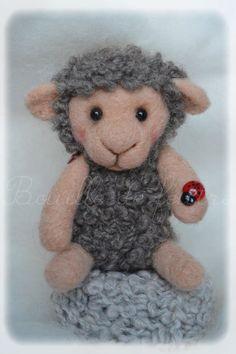 Mouton en laine cardée. Feutrage à l'aiguille