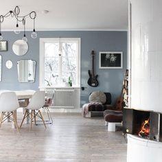 Tid för mys👍🏼 #kakelugn #grangolv #gråblå #spegelvägg #runtbord #roundtable #tidningenlantliv #myhome #familylivingfint #interiordesign…