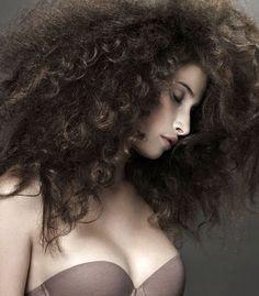 volume capelli Capelli: aumenta il volume!  Tornano le acconciature pop up stile anni sessanta. Qui trovi le dritte, i prodotti e i trattamenti effetto nuvola