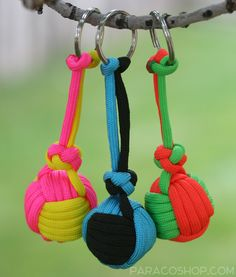 Monkey Fist Keychains — these fun and colorful keychains are made with 550 paracord and work well as zipper pulls. #paracord #keychain #monkeyfist