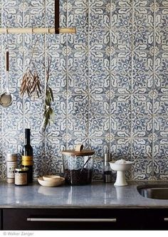 Intricate and delicate pattern on tiles for kitchen backsplash / carreaux ciment carrelage cuisine.