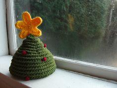 Christmas Tree Hat -pattern free on Ravelry