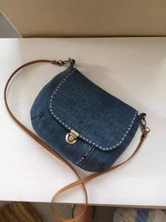 25 Ideas to convert your old jeans in Bags! Sacs Tote Bags, Sling Bags, Diy Sac, Denim Purse, Denim Bags From Jeans, Denim Crafts, Craft Bags, Recycled Denim, Quilted Bag