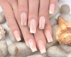 #trendstyle  #pastell #peach #nails  Diese pastelligen Nägel verzaubern mit einem Hauch Romantik und sommerlich zartem Glamour. Mit dem Carbon Colors UV Nagellack Glimmer pastell-peach (Art.-Nr.: 4788), dem Illusion Glitter Neon Orange (Art.-Nr.: 4702), einigen Strasssteinen Crystal (Art.-Nr.: 124) und der Kreativ Malfarbe weiß (Art.-Nr.: 3152) könnt Ihr so ein Design ganz einfach nachmachen.