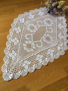 Crochet Table Runner, Crochet Tablecloth, Crochet Doilies, Crochet Diagram, Filet Crochet, Crochet Ripple Blanket, Crochet Earrings Pattern, Pineapple Crochet, Embroidery Motifs