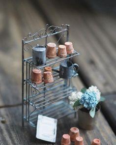 ❤︎❤︎❤︎ ・ original handmade miniature garden size 1/12 ・ おはようございます。 今日は息子を主人にお願いして 癌検診へいってこようと思います。 ついつい自分のことは後回し となり、検診も2年ぶり。 皆さんも行かれてくださいね ・ ・ ・ ・ #ミニチュア #miniature #アイアンラック #ガーデン#小さいもの #antique #garden #Frenchdecor
