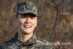10 fotos alegres de baja militar de Yoon Si Yoon