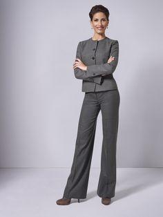 Gleich zwei Klassiker in einer Kombination: Die DOLZER Hose im Marlene-Dietrich-Stil sowie der Kurzblazer Coco machen diesen klassischen Look so außergewöhnlich.