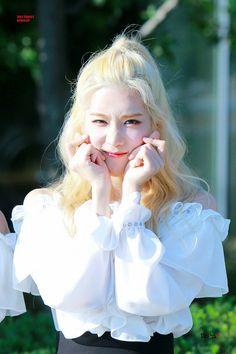 170921 Kim Lip @ M! Kpop Girl Groups, Korean Girl Groups, Kpop Girls, Extended Play, Loona Kim Lip, Kim Jung, Korean Wave, Olivia Hye, Pretty Eyes