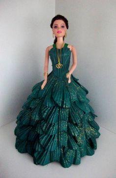 Boneca tipo Barbie com vestido de festa feito em E.V.A  O vestido pode ser feito em qualquer cor.  Temos também outros modelos de vestido.  Confiram em nossos produtos. R$ 67,36