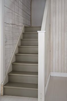 Eteisaulaan on perinteiseen tapaan sijoitettu yläkertaan vievät portaat. Vasemmalla näkyy avonaisena keittiön pikkuovi ja sen vieressä ...