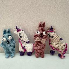 Háčkovaná brož pro malé parádnice Crochet Dolls, Dinosaur Stuffed Animal, Christmas Ornaments, Toys, Holiday Decor, Animals, Home Decor, Xmas Ornaments, Activity Toys