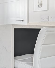 Beautiful White leather Breakfast bar stools underneath Marbled Quartz worktops in this Painted Shaker Graphite Kitchen Kitchen Cost, Real Kitchen, Kitchen Paint, Breakfast Bar Stools, Kitchen Showroom, Timber Furniture, Shaker Kitchen, Shaker Style, Traditional Looks